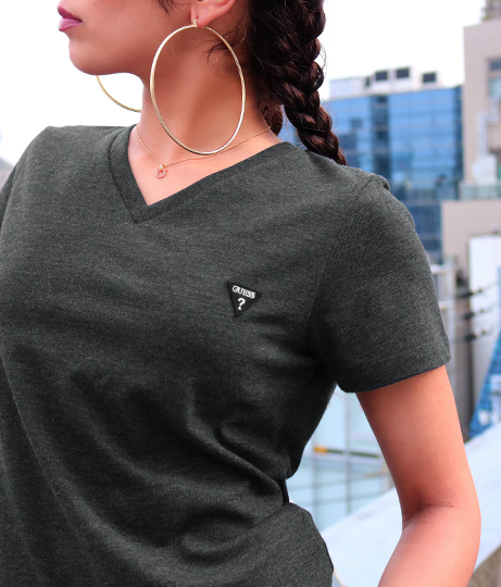 GUESS LOGO MINI PATCH V-NECK TEE   GUESS