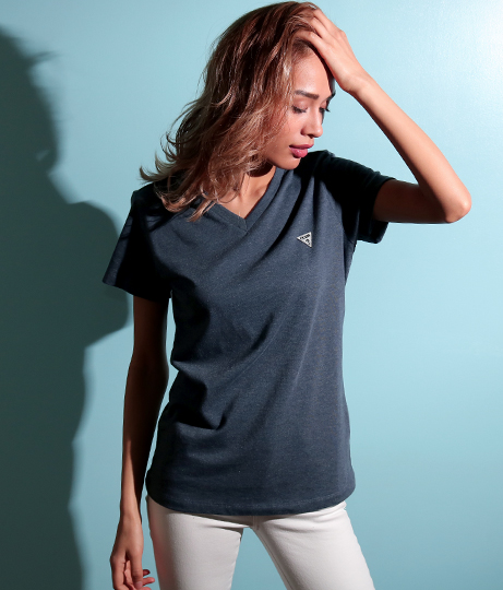 GUESS LOGO MINI PATCH V-NECK TEE | GUESS