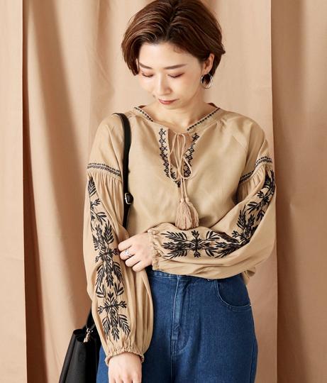 袖刺繍ボリュームトップス