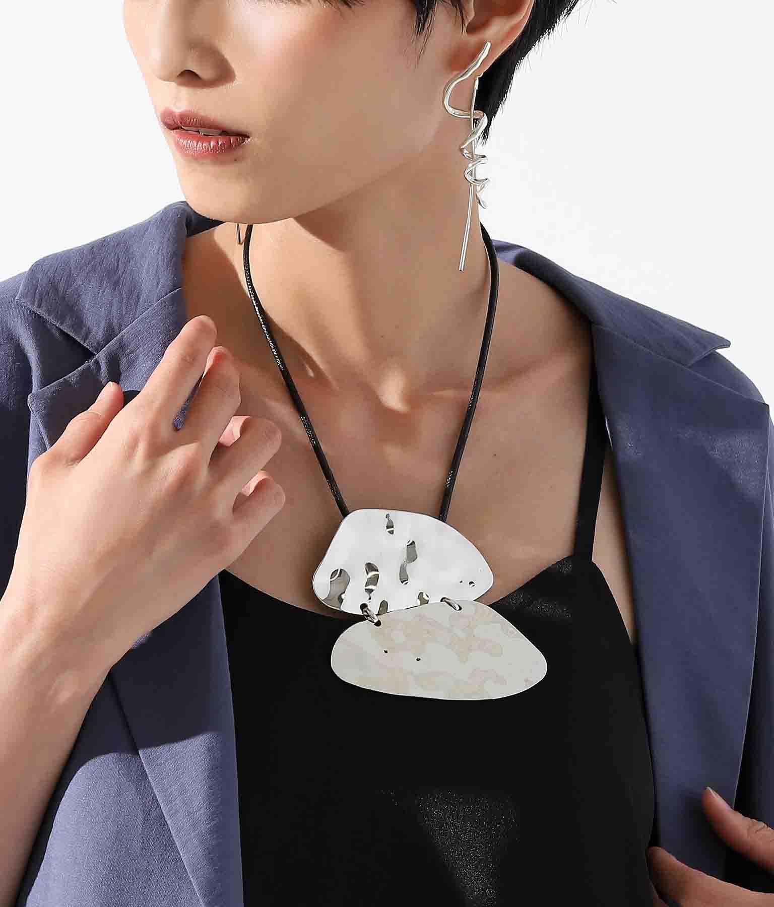 2メタルモチーフデザインネックレス