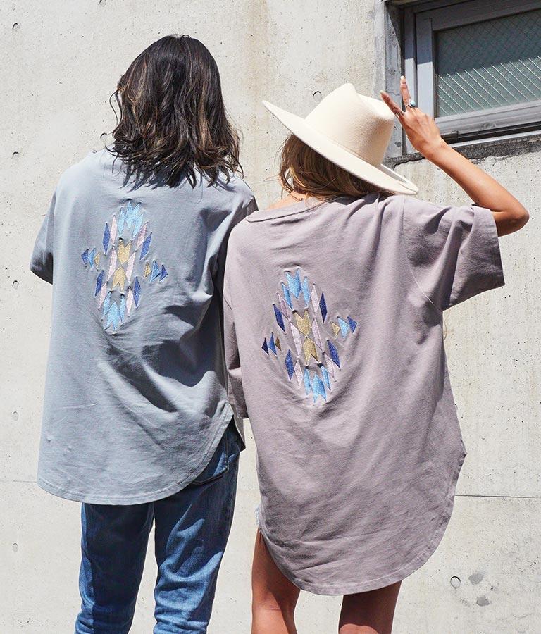 オルテガ刺繍ラウンドヘムビックTシャツ